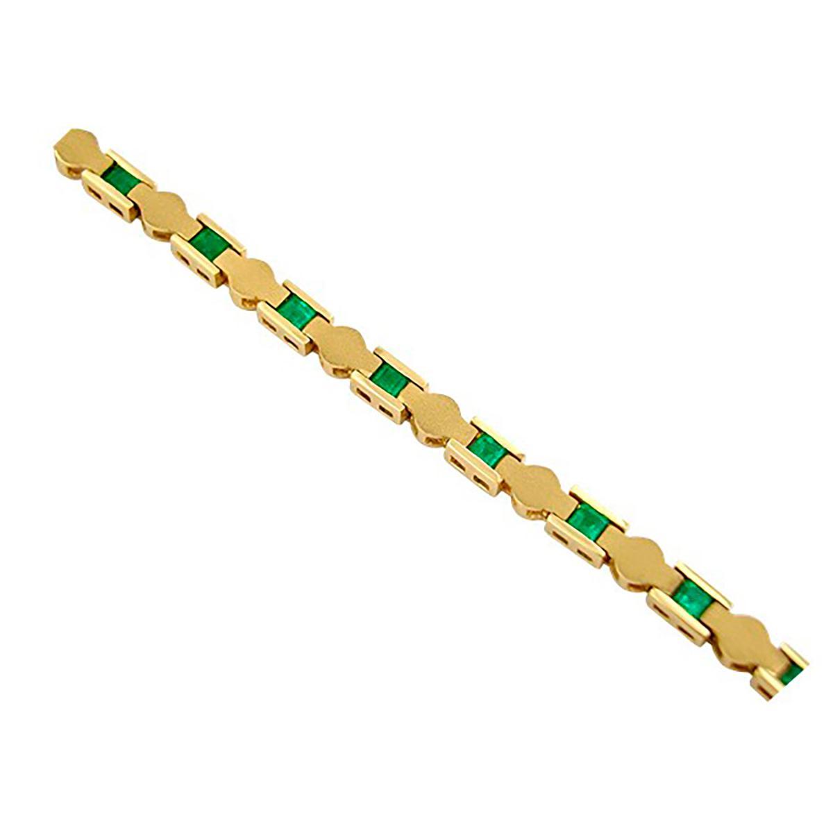 emerald-bracelet-in-18k-yellow-gold-in-fine-sandblast-finished-